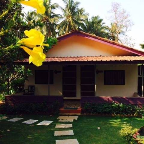 Gratitude Stays - Deluxe Room with open Lawn