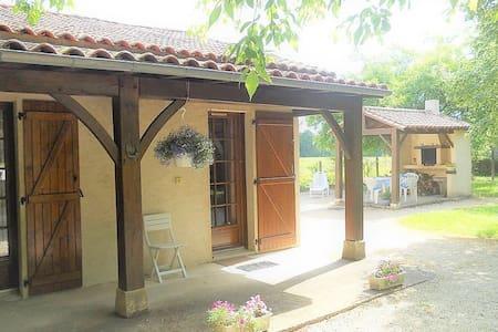 Petite maison de vacances avec barbecue couvert