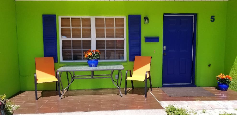 Charming fully furnished TownHome-near beach