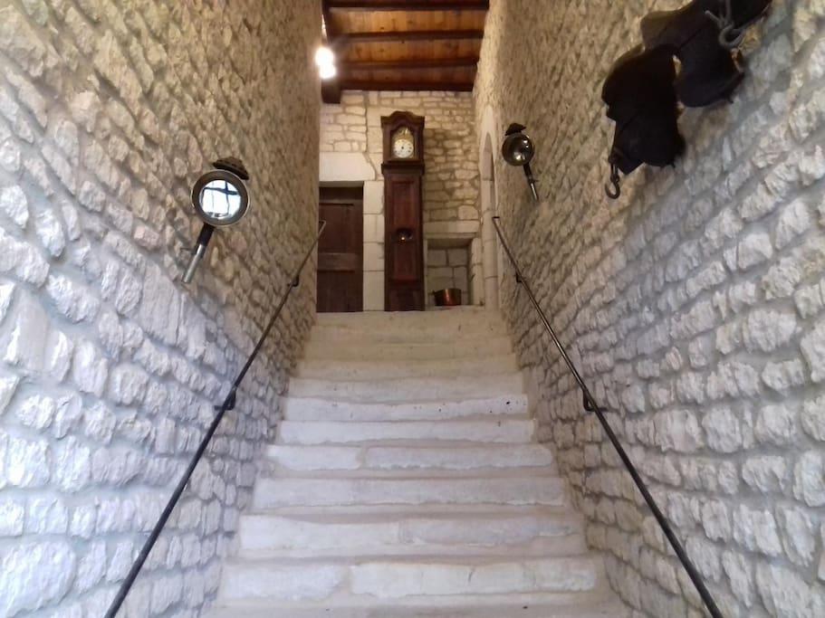 L'entrée et son grand escalier