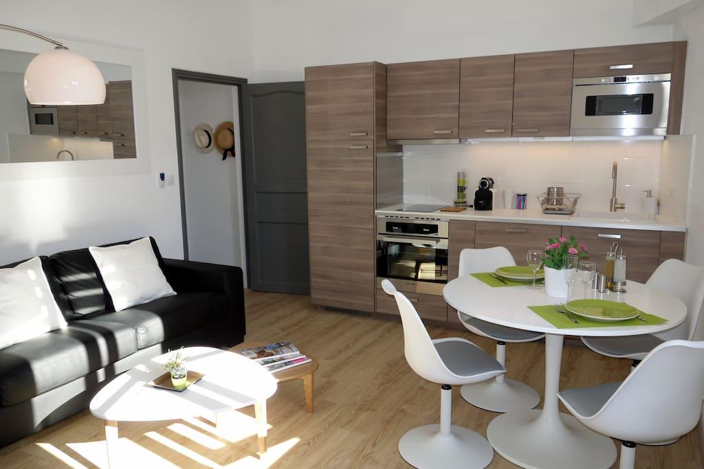 Un salon / cuisine lumineux, accueillant et très bien équipé...