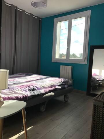 Chambre et salle de bain privative  à Martigues
