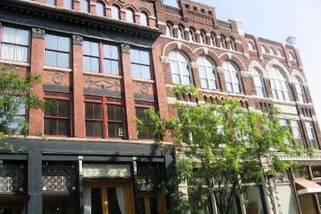 DOWNTOWN LOFT above coffee shop! - Knoxville - Loft
