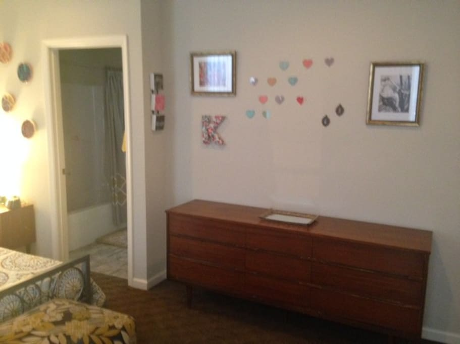 Bedroom leads into full bathroom (shared with one  polite female roommate, your host). Room will include a basket of toiletries, fresh linens and towels, wifi password, plus suggested restaurants and things to do around Harrisburg if requested