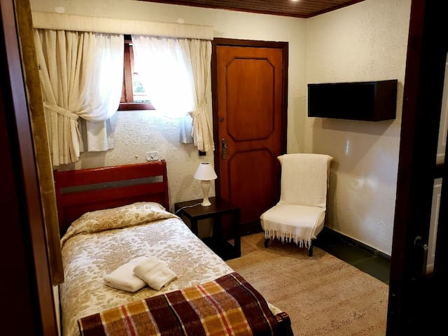 Quarto 6: com uma cama de solteiro e uma bicama.