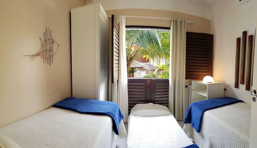 Quarto 3 - Ar-condicionado tipo Split, duas camas de solteiro e uma auxiliar.