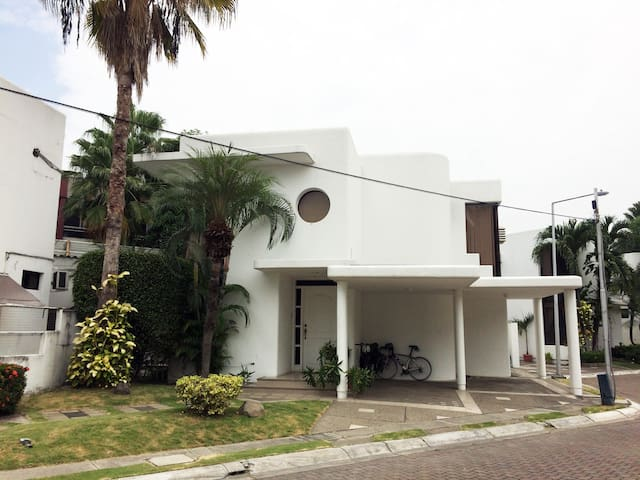 Private Room w/ bath & security - Guayaquil - Haus