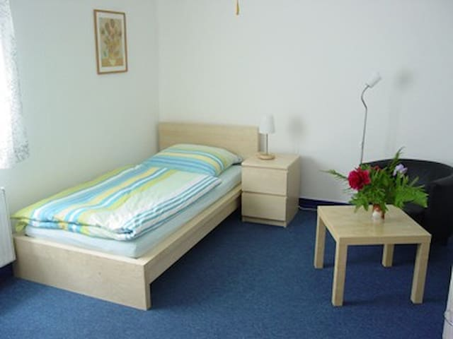 ROOM close to FRANKFURT & WIESBADEN - Hattersheim am Main - Ev