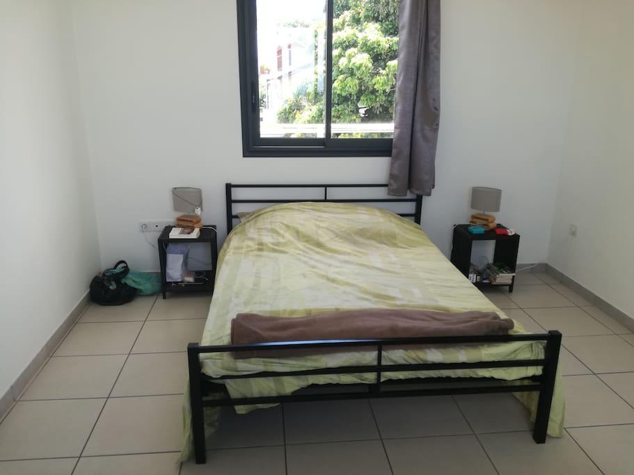 chambre 1: un lit double et un lit simple