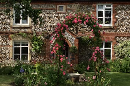 Stone Cottage, a sunny  peaceful secret garden - Thornage