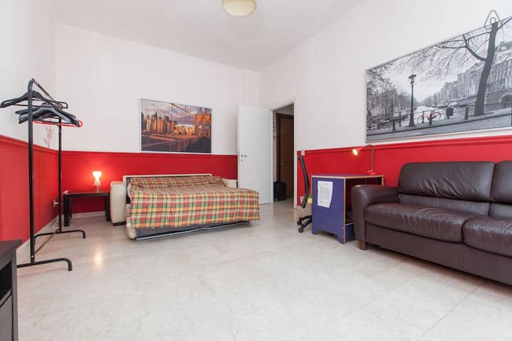 Huge colorful room close to UDINE metro stop
