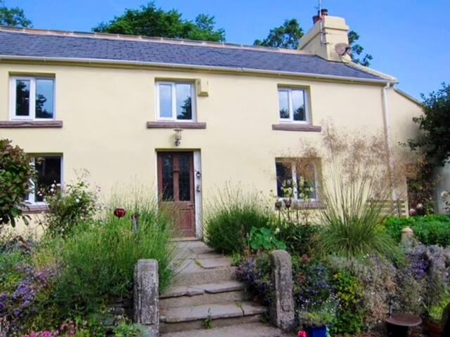 4 bedroom cottage, 5 min drive to Douglas