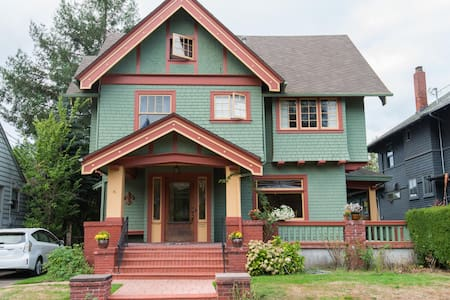 Entire 3rd floor in historic home  - Portland - Bed & Breakfast