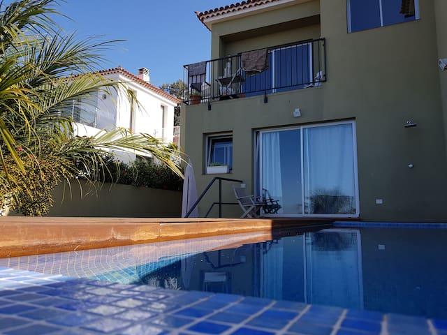 Casa privada con piscina y jardín.
