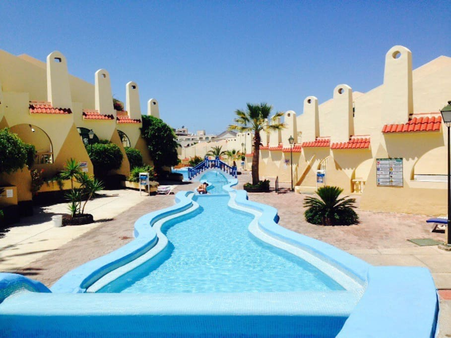 Una de las piscinas que rodean todo el complejo.