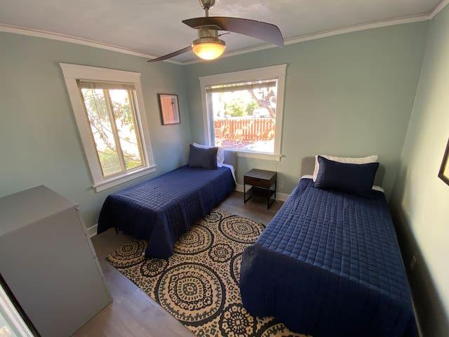 Bedroom 2 (Twin Beds)