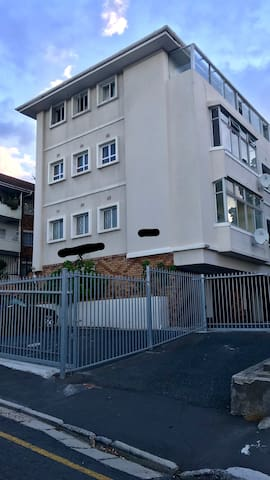 Cheap Room in apartment in Rondebosch, Cape Town.