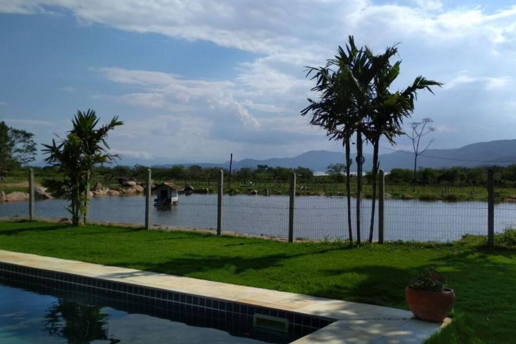 Piscina ao lado do lago