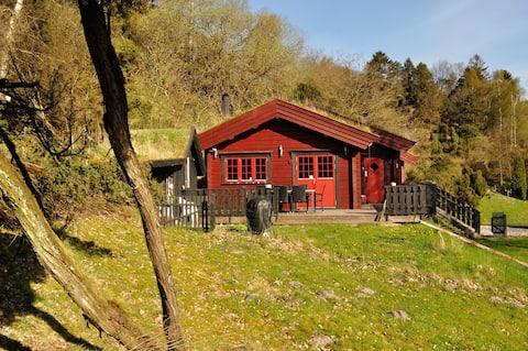 Norsk bjælkehus med fjordudsigt