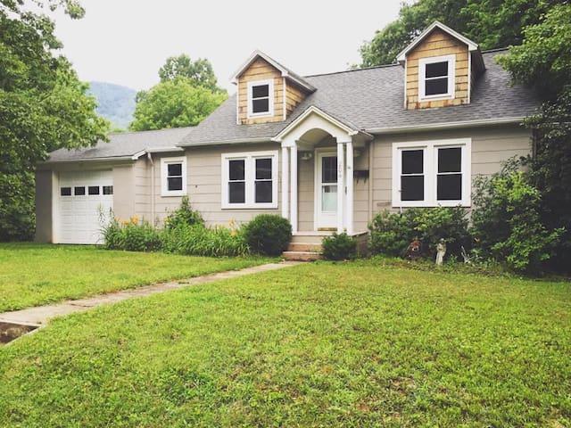 Charming Neighborhood Getaway (Main Floor) - Boone - Casa