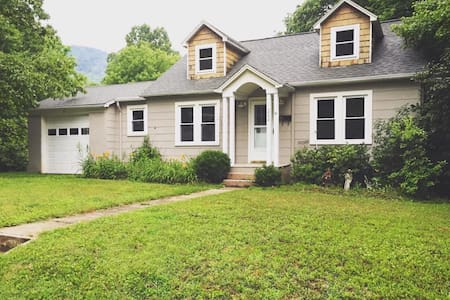 Charming Neighborhood Getaway (Main Floor) - Boone