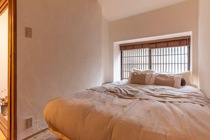1F : Bedroom1(1 double bed).