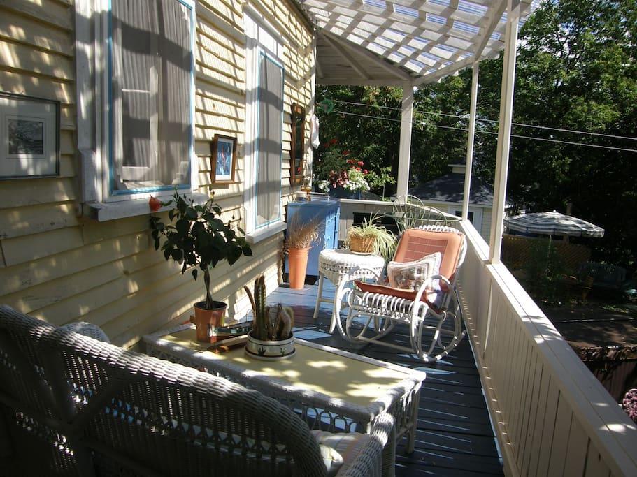 Galerie extérieure donnant sur le jardin.