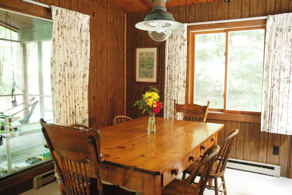 Country pine table seats 6