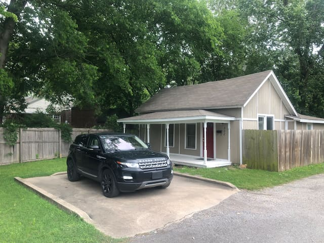 🌟Downtown Tahlequah Home Near NSU🌟 Wifi, backyard⭐️