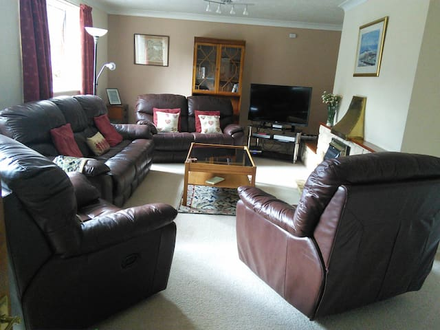 Spacious warm town bungalow - Builth Wells