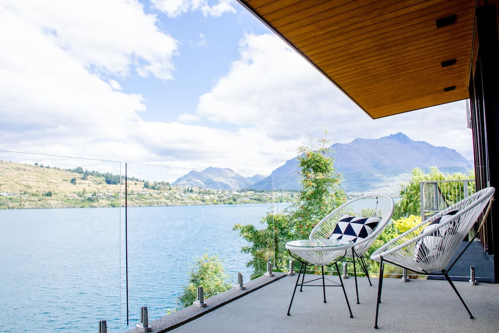 Breathtaking & expansive views with access to the scenic Frankton Track and BBQ facilities