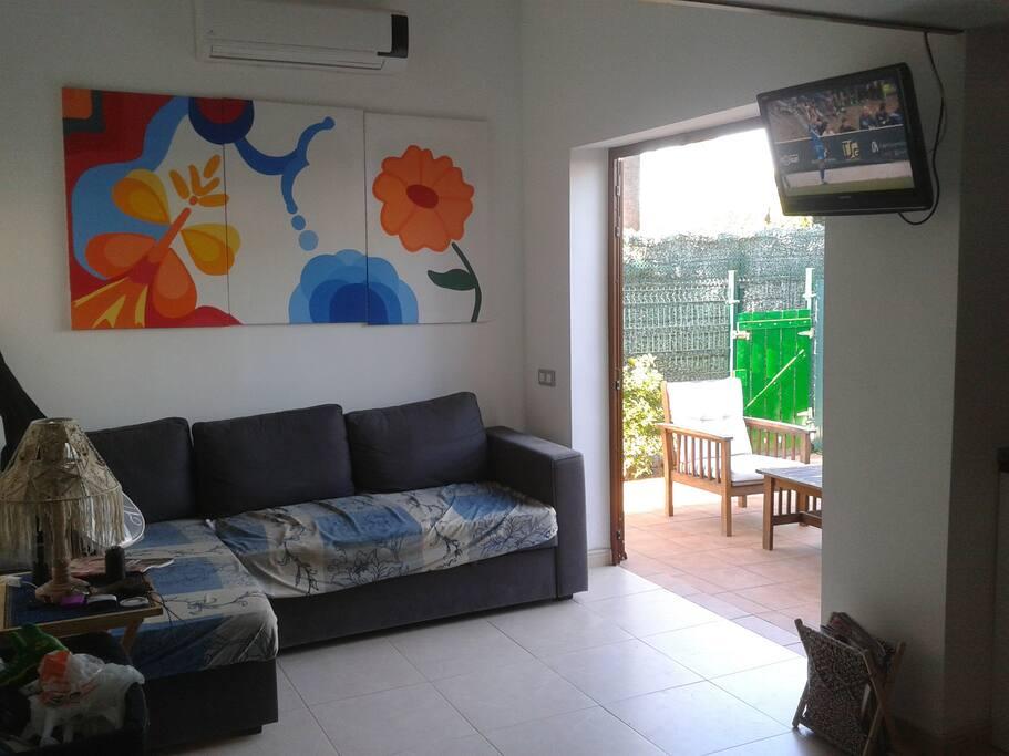 Salón amplio y luminoso con acceso a terraza y cocina
