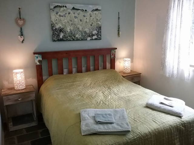 Comfy Double Bed + Breakfast in Our Cosy Cottage - Cooroy - House