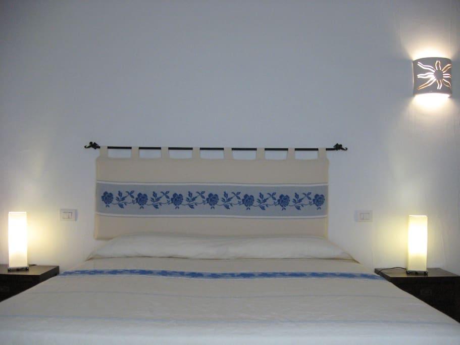 la camera è arredata in tipico stile sardo, essenziale ed elegante