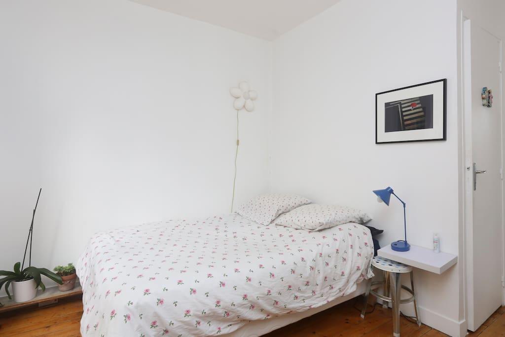 une chambre lumineuse séparée. Avec un lit double et un petit bureau pour travailler