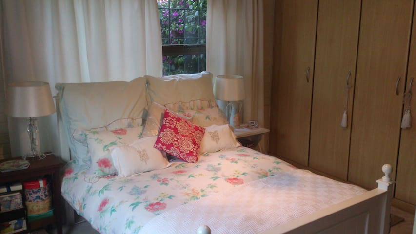 Cozy Suburban Home Welcomes You - Johannesburg - Bed & Breakfast