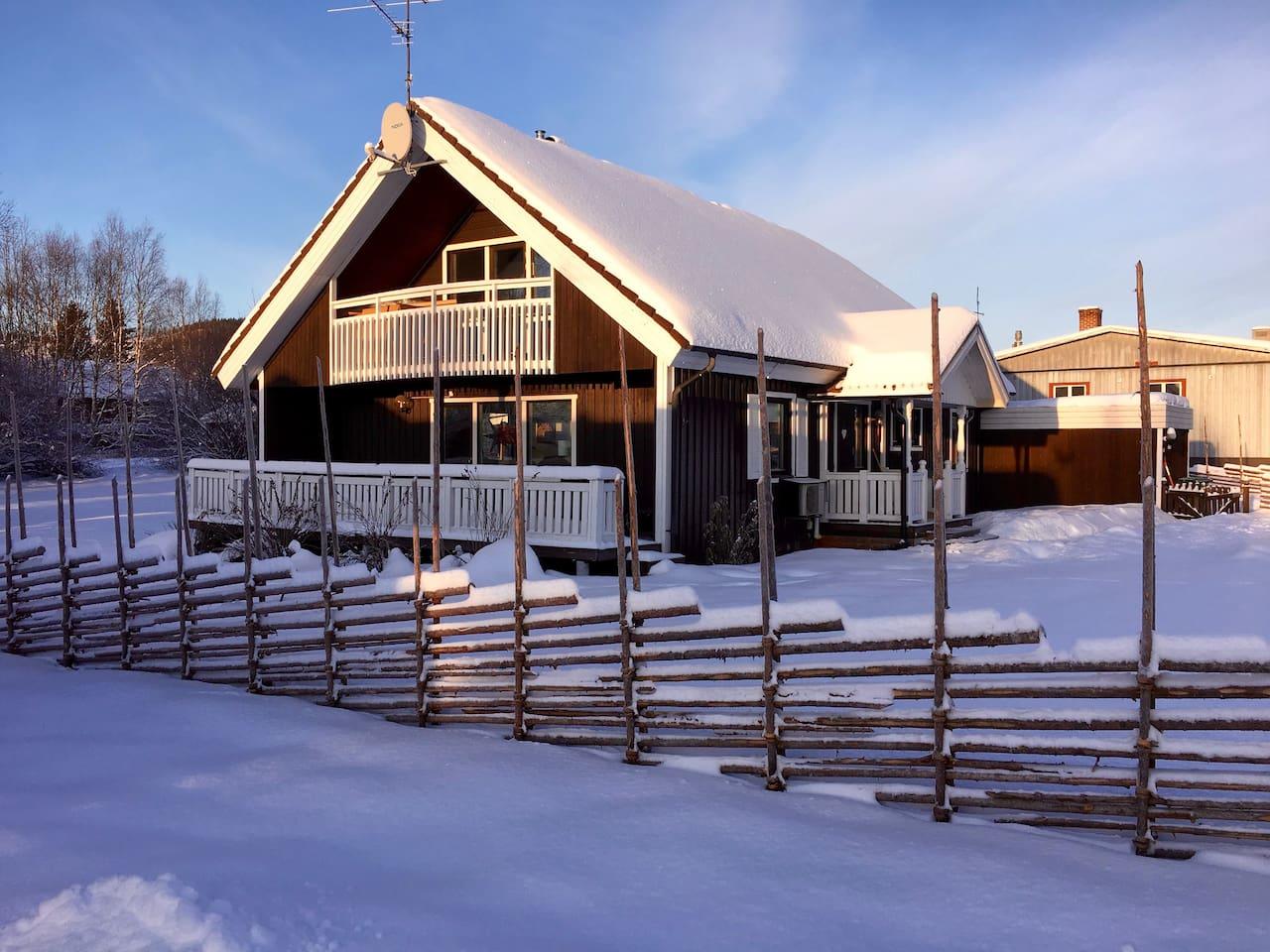 Centralt beläget mitt i Vemdalens By, mitt emellan Skalet och Björnrike. Mindre än 10min i bil till endera anläggning.