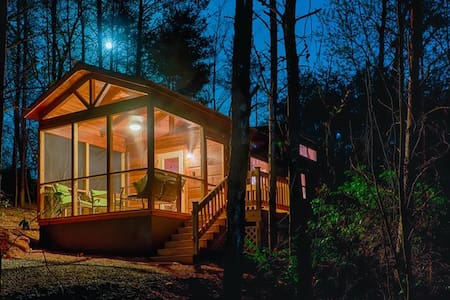 Couple's Escape-Shared Gazebo/Fire Pit and Private Outdoor Hot Tub (F)