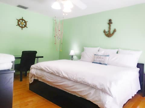 King Suite w/ Balcony, Jacuzzi, & Pvt Entry
