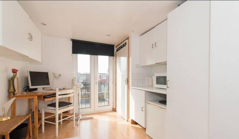 Loft room with en suite bathroom near tube - Londen - Huis