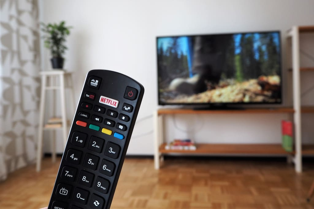 Isossa 48 tuumaisessa televisiossa on Netflix -ominaisuus, joten voit katsella omilla Netflix tunnuksillasi ohjelmia suoraan televisiota