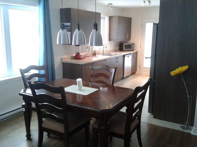 Grande chambre confortable dans un condo neuf - Granby - Huoneisto