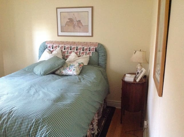 Comfortable double bed and bathroom - Belleville - House