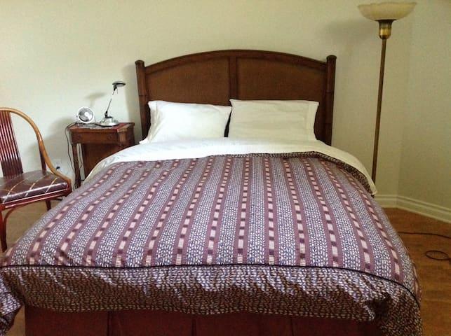 Queen size bed in quiet location