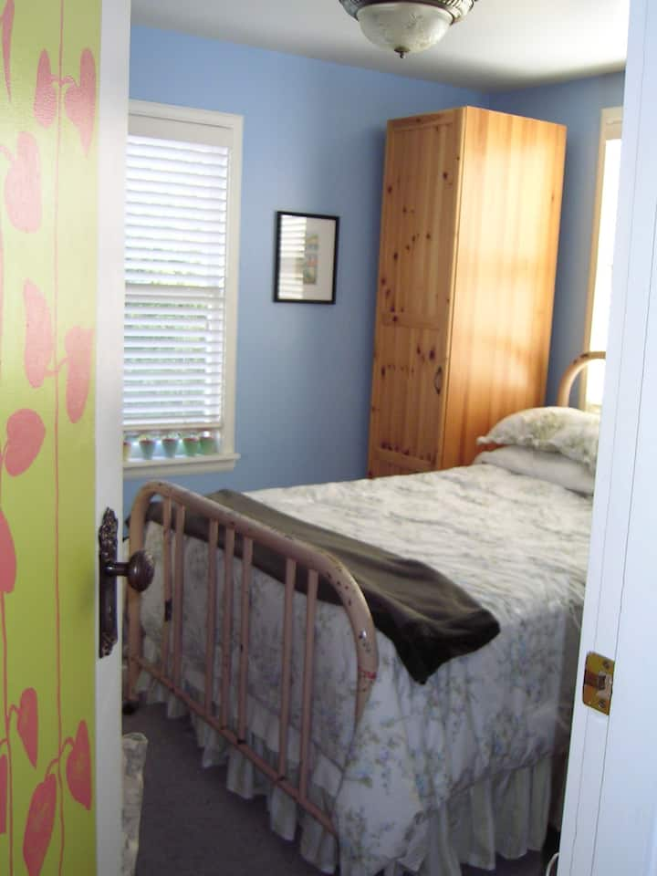 Peaceful room in Sunny Cottage near Discovery Park