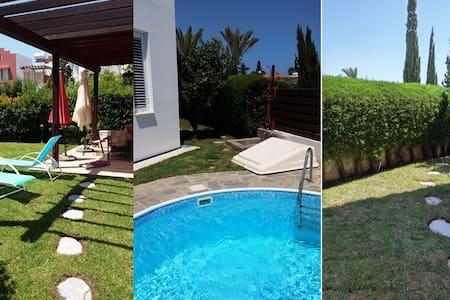Villa Evridiki: сад, бассейн; Комплекс у моря... - Perivolia