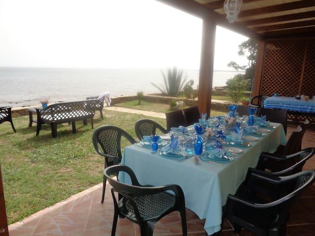 Patio couvert pour les repas face à la mer