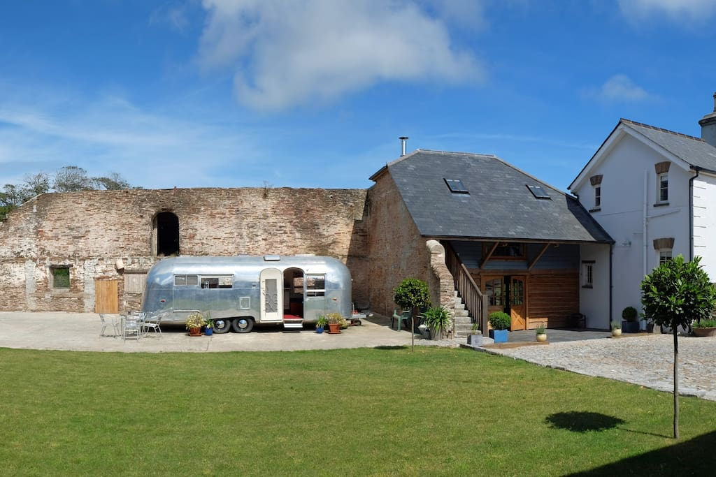 Self contained granary barn in historic courtyard setting adjacent to Devon farmhouse close to coast. Rural location amidst one thousand acres of farmland.