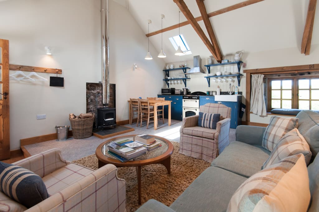 Newly converted to a high specification, this lovely barn has many original features and is beautifully designed with a luxurious kingsize bed, roll top bath, wood burning stove, hand built kitchen and quirky antiques.