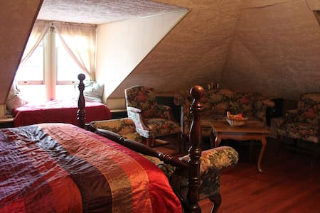 Attic Suite in Historic Town - Strasburg - House